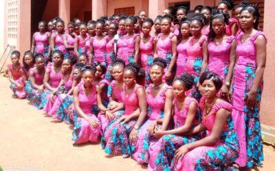 AbsolventInnen verlassen stolz das Ausbildungszentrum